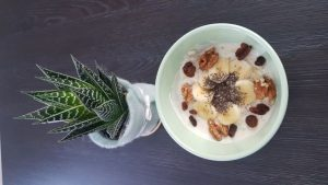Joghurt mit Früchten und Nüssen.